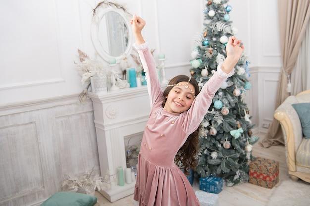 Szczęśliwego nowego roku 2020. uroczystość świąteczna. świąteczna dekoracja domu. czas na zakupy świąteczne. w oczekiwaniu na nowy rok. ładna mała księżniczka świętuje boże narodzenie. uśmiechnięte słodkie dziecko w domu. jesteś następny.