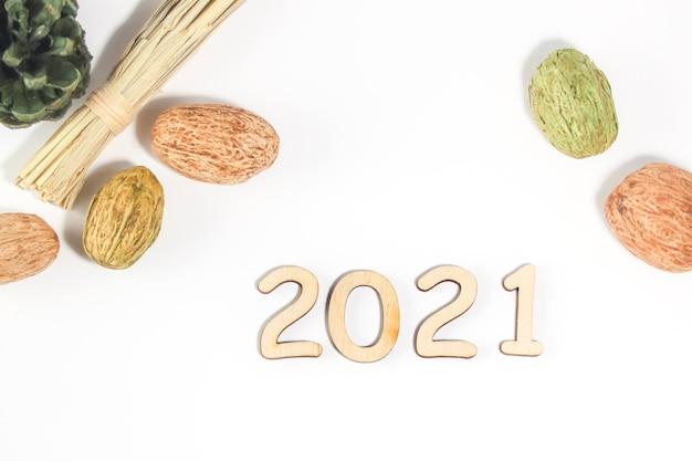 Szczęśliwego nowego roku 2021, koncepcja nowego roku, numery 2021 na jasnym tle, na białym tle