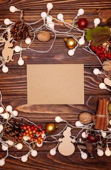 Szczęśliwego nowego roku 2021. ozdoby świąteczne i lampki choinkowe na drewnianym tle. kompozycja elementów świątecznych.