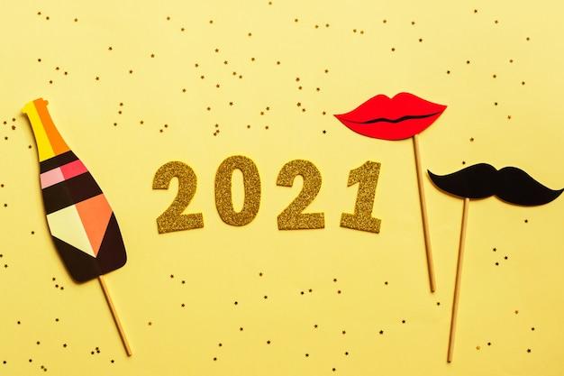 Szczęśliwego nowego roku 2021. złota cyfra. leżał płasko.