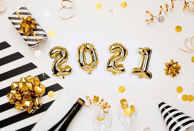 Szczęśliwego nowego roku 2021. złote balony liczbowe z prezentami