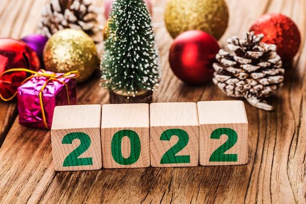 Szczęśliwego nowego roku 2022 boże narodzenie 2022 świąteczne prezenty umieszczone w świątecznej atmosferze,