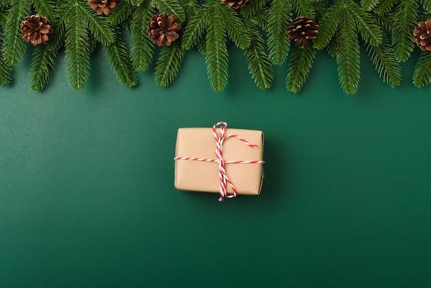 Szczęśliwego nowego roku koncepcja bożego narodzenia widok z góry płaskie świeckie gałęzie jodły pudełko i dekoracja