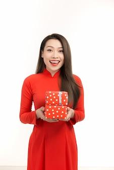 Szczęśliwego nowego roku księżycowego. młoda kobieta trzyma pudełko na prezent