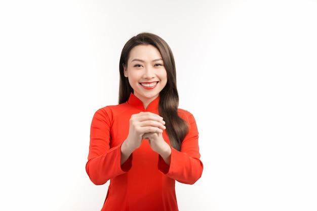 Szczęśliwego nowego roku księżycowego. piękna azjatycka kobieta z gestem gratulacyjnym