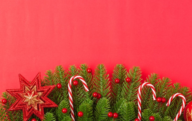 Szczęśliwego nowego roku lub boże narodzenie widok z góry płaskie leżał jodły gałęzie i ozdoby dekoracji