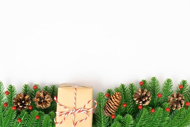 Szczęśliwego nowego roku lub bożego narodzenia widok z góry ozdobna jodła i pudełko na prezent