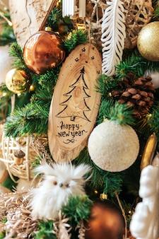 Szczęśliwego nowego roku na drewniane ozdoby chistmas