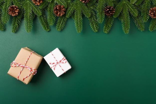 Szczęśliwego nowego roku, święta bożego narodzenia koncepcja widok z góry płaskie świerkowe gałęzie jodły, pudełko i ozdoba
