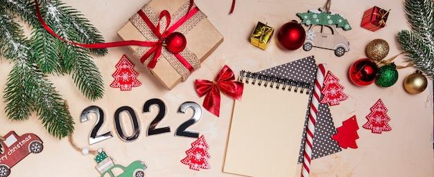 Szczęśliwego nowego roku symbol numeru 2022 ozdoby choinkowe pudełko prezentowe i notatnik w kształcie spirali