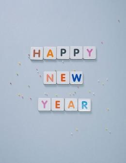 Szczęśliwego nowego roku, szare tło ulotki, plakatu, banera, sieci web, nagłówka, mediów społecznościowych z miejscem na tekst.