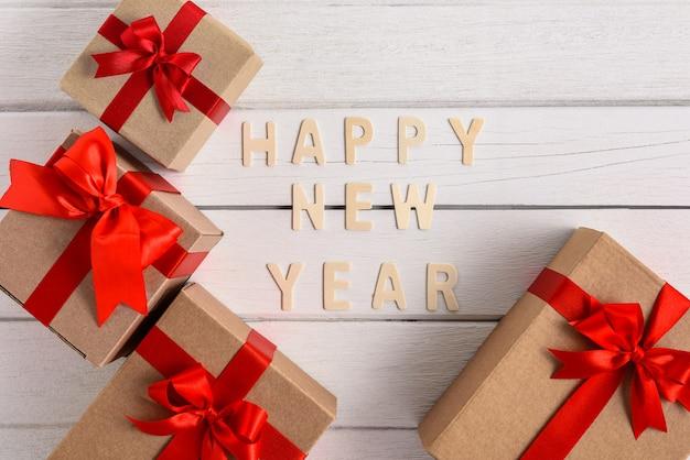 Szczęśliwego nowego roku tekst na drewno na nowy rok z pudełkiem prezentowym