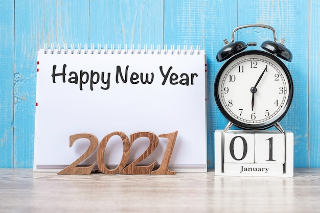 Szczęśliwego nowego roku z budzikiem i drewnianym numerem