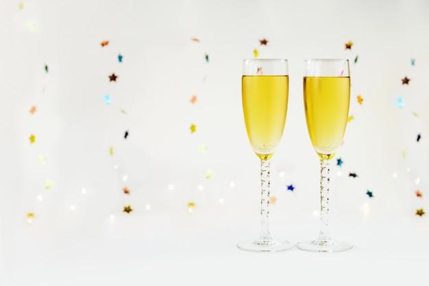 Szczęśliwego nowego roku z szampanem i dekoracją.