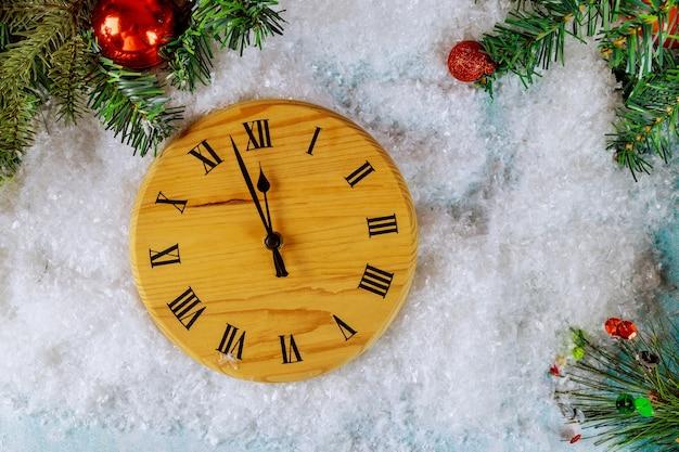 Szczęśliwego nowego roku zimowe wakacje pozdrowienie projekt z zegarami śnieżnymi i choinką