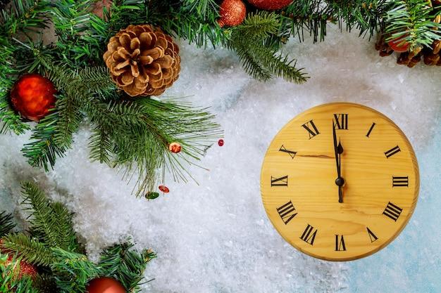 Szczęśliwego nowego roku zimowy projekt kartki z życzeniami z zegarami śnieżnymi i choinką