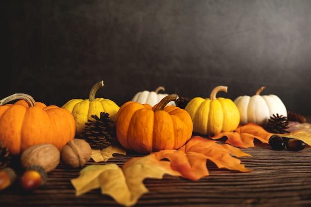 Szczęśliwego święta dziękczynienia z dynią i orzechem na drewnianym stole