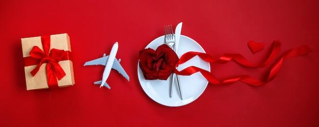 Szczęśliwej kolacji walentynkowej, nakrycia stołu z prezentem i samolotu