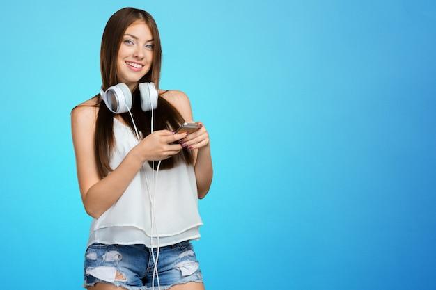Szczęśliwej młodej kobiety słuchająca muzyka z hełmofonami