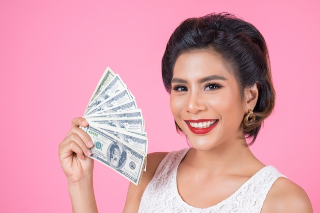 Szczęśliwej mody kobiety piękna ręka trzyma dolarowego pieniądze