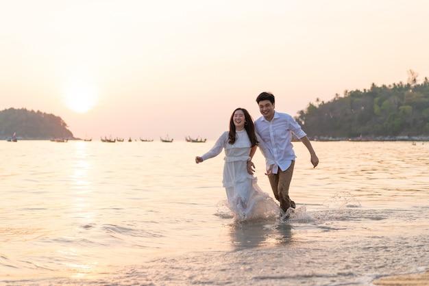 Szczęśliwej pary podróż poślubna na tropikalnej plaży w lecie