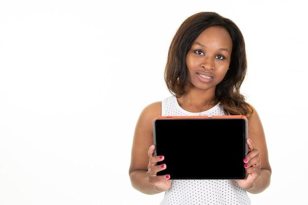 Szczęśliwej uśmiechniętej afrykańskiej czerni amerykanina młodej kobiety rozochoconego seansu pustego miejsca pastylki pusty ekran komputerowy na boku