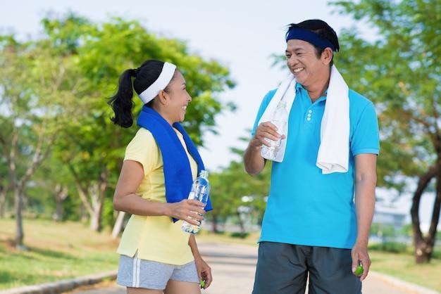 Szczęśliwi azjatykci seniorzy