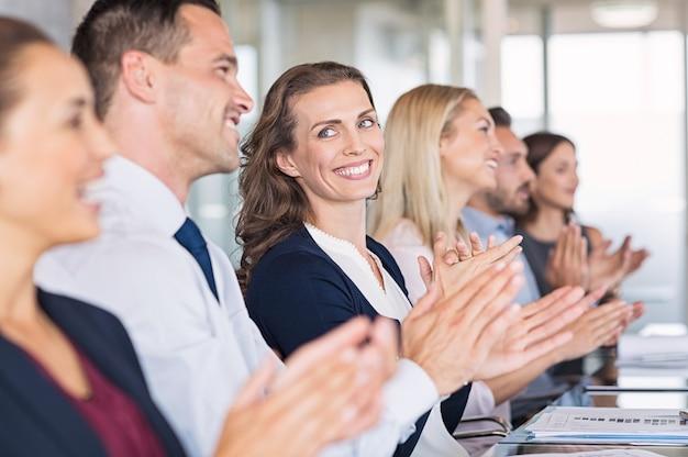 Szczęśliwi biznesmeni brawo na konferencji