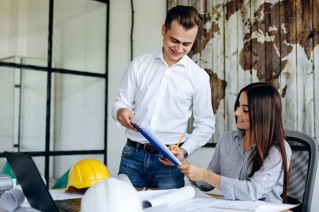 Szczęśliwi biznesmeni podpisują ważne dokumenty