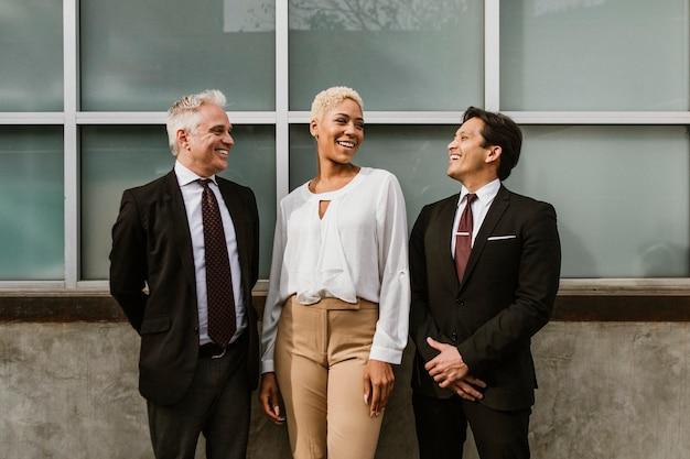 Szczęśliwi biznesmeni śmieją się razem