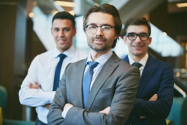 Szczęśliwi biznesmenów patrząc w przyszłość