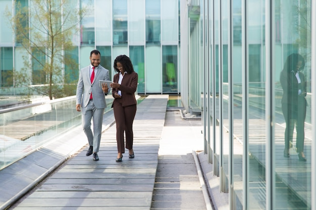 Szczęśliwi biznesowi koledzy ogląda zawartość na pastylce