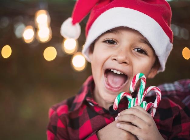 Szczęśliwi chłopiec świętowania boże narodzenia