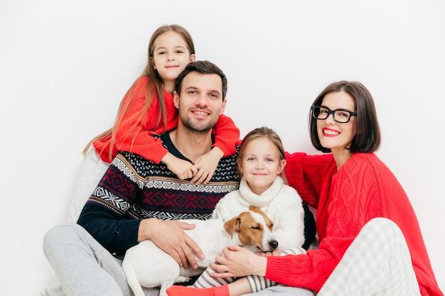 Szczęśliwi członkowie rodziny z pozytywnymi wyrazami, przytulający się i wspierający, mają dobre relacje