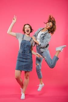 Szczęśliwi dwa kobiet przyjaciele odizolowywający