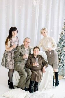 Szczęśliwi dziadkowie i dwie wnuczki, piją szampana