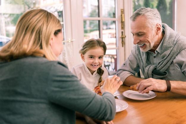Szczęśliwi dziadkowie. szczęśliwi dziadkowie czują się niesamowicie zabierając swoją małą, uroczą wnuczkę do piekarni