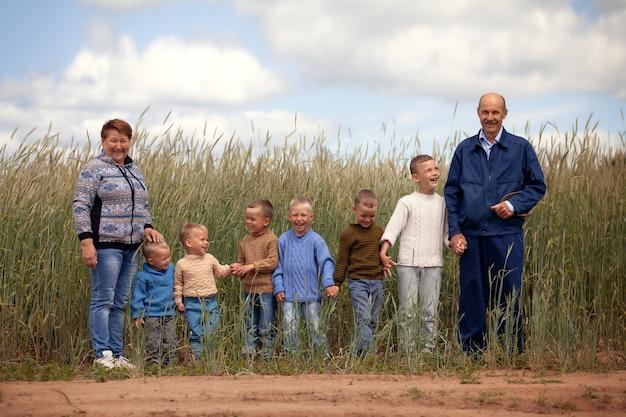 Szczęśliwi dziadkowie z wnukami w przyrodzie spaceru w terenie