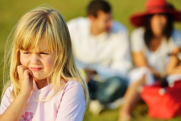 Szczęśliwi dzieciaki na pięknej lato łące ma szczęśliwego czas robi pinkinowi