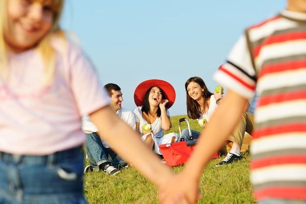 Szczęśliwi dzieciaki na pięknej lato łące ma szczęśliwego czas