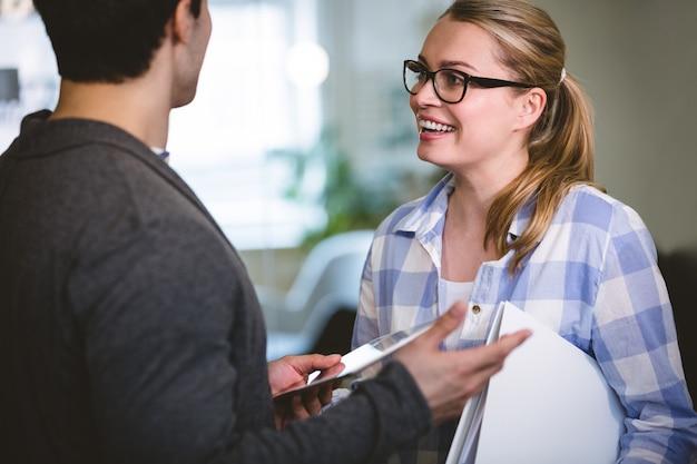 Szczęśliwi kierownictwa dyskutuje przy kreatywnie biurem