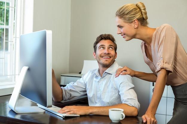Szczęśliwi koledzy dyskutuje przy biurem