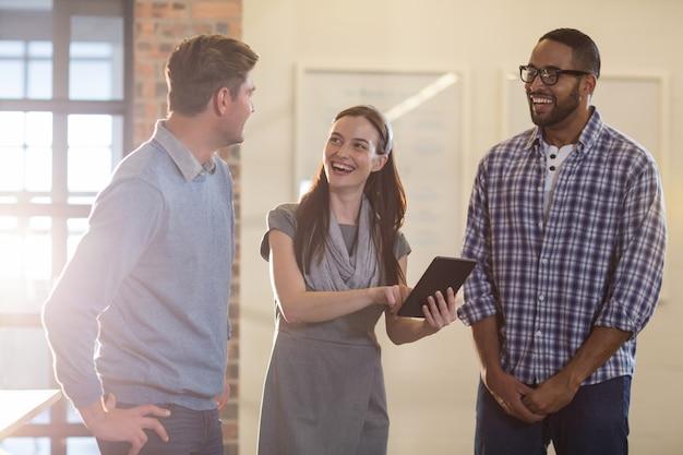Szczęśliwi koledzy dyskutuje w biurze