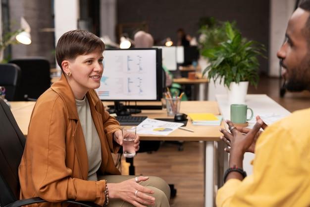 Szczęśliwi koledzy rozmawiają z bliska