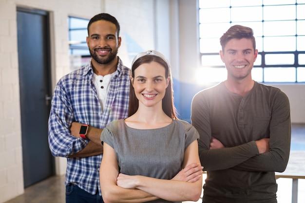 Szczęśliwi koledzy stoi w biurze