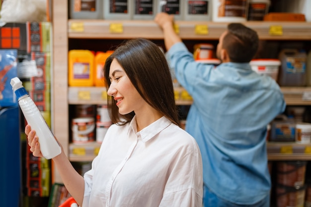 Szczęśliwi kupujący wybierający materiały budowlane w sklepie ze sprzętem. klienci patrzą na towary w sklepie z artykułami do majsterkowania