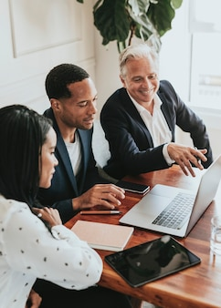 Szczęśliwi ludzie biznesu korzystający z laptopa
