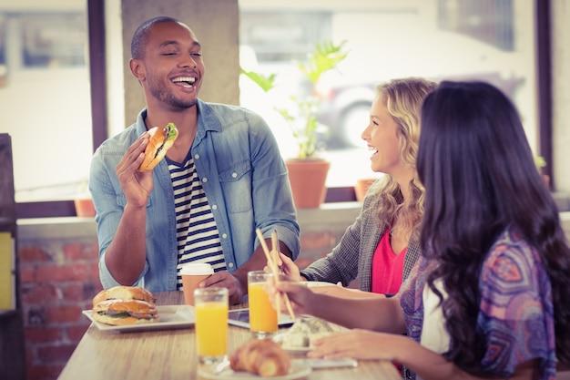 Szczęśliwi ludzie biznesu ma śniadanie