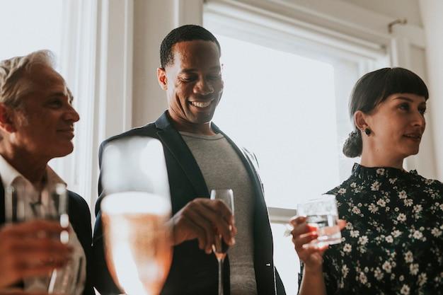 Szczęśliwi ludzie biznesu na imprezie biurowej