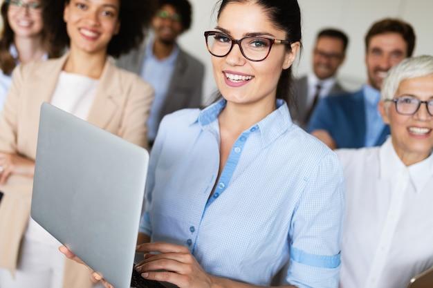 Szczęśliwi ludzie biznesu pracujący i burzący mózgi w biurze